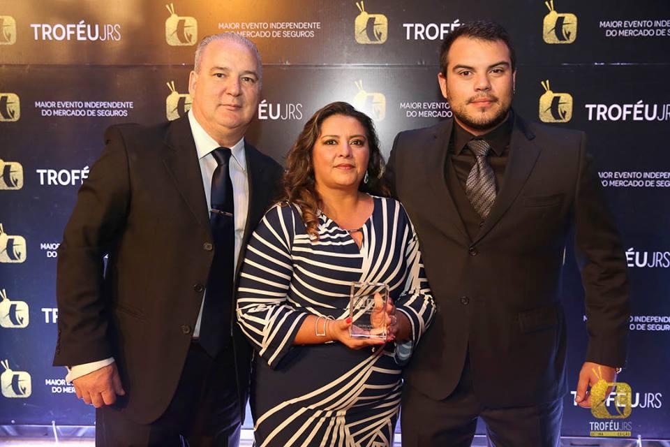 Da esq. p/ dir.: Clovis, Joice e Fernando Della Flora, do Grupo Autosul, durante a cerimônia do 13º Troféu JRS.