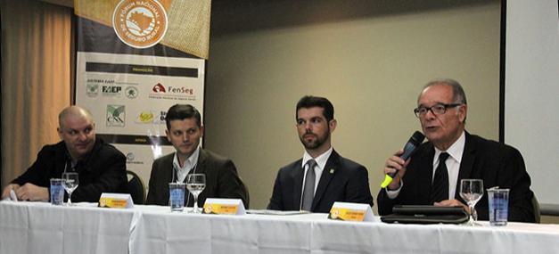 Da esquerda para a direita: Pedro Loyola (FAEP), Robson Mafioletti (Sistema Ocepar), Bruno Lucchi (CNA) e Julio Cesar Rosa (FenSeg). (Foto: Divulgação)