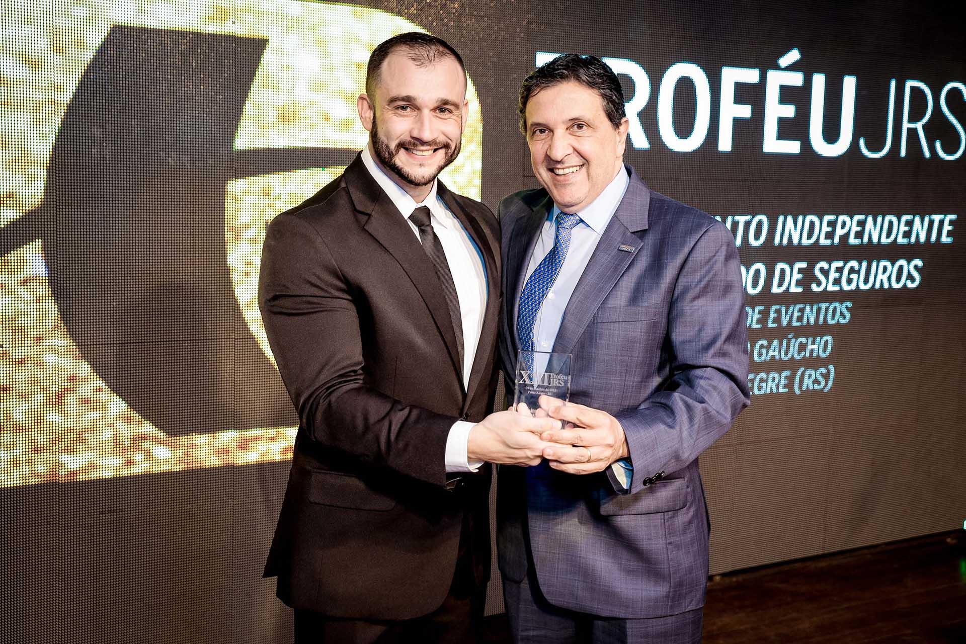 Gilson Bochernitsan recebendo o Troféu JRS em 2015 pela SulAmérica Seguros. Igor Pires/Especial