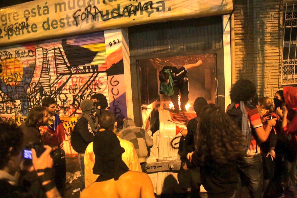 Vândalos depredaram sede do PMDB, em Porto Alegre. Reprodução.
