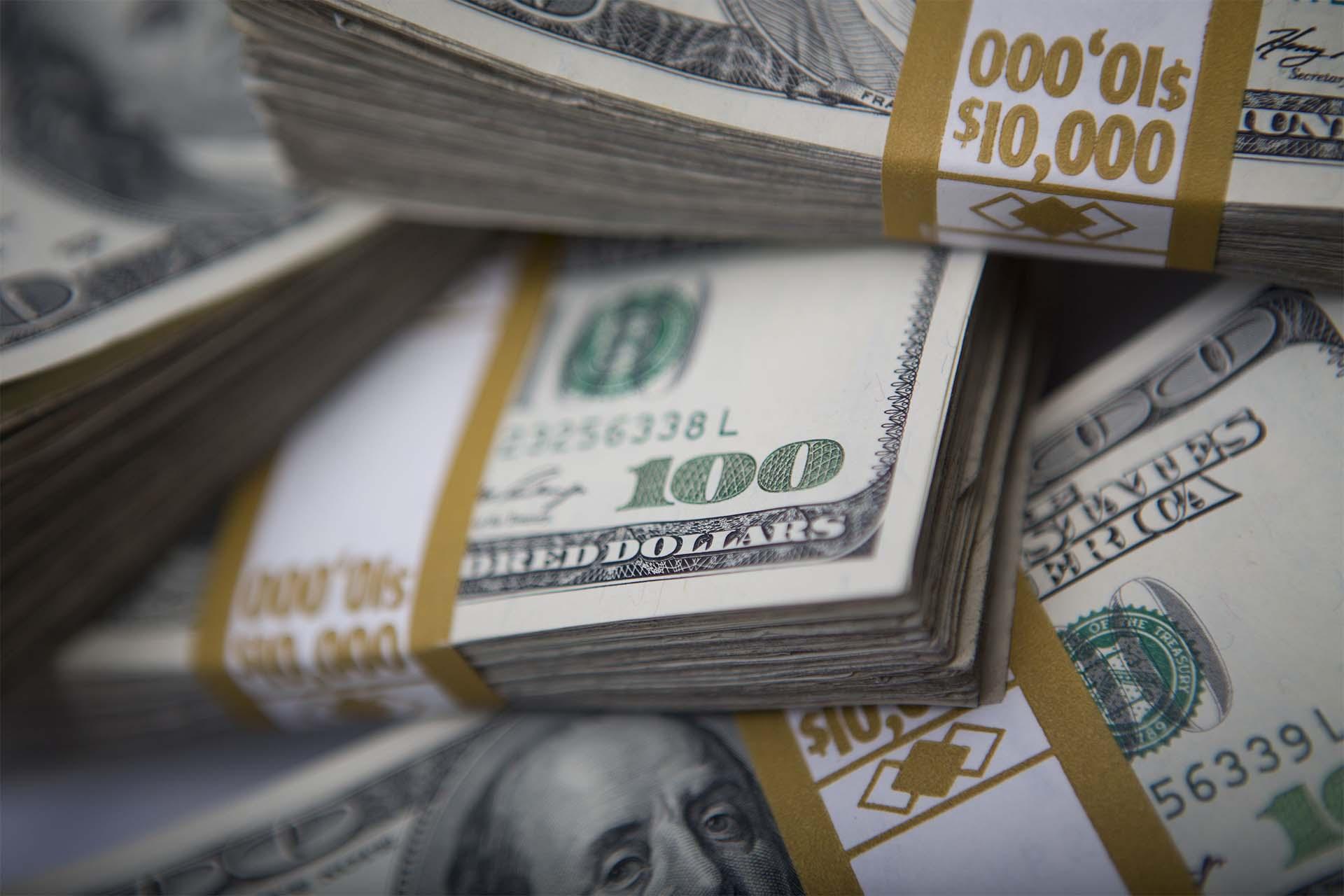 Dólar fecha no menor valor em quase 50 dias, abaixo de R$ 3,90