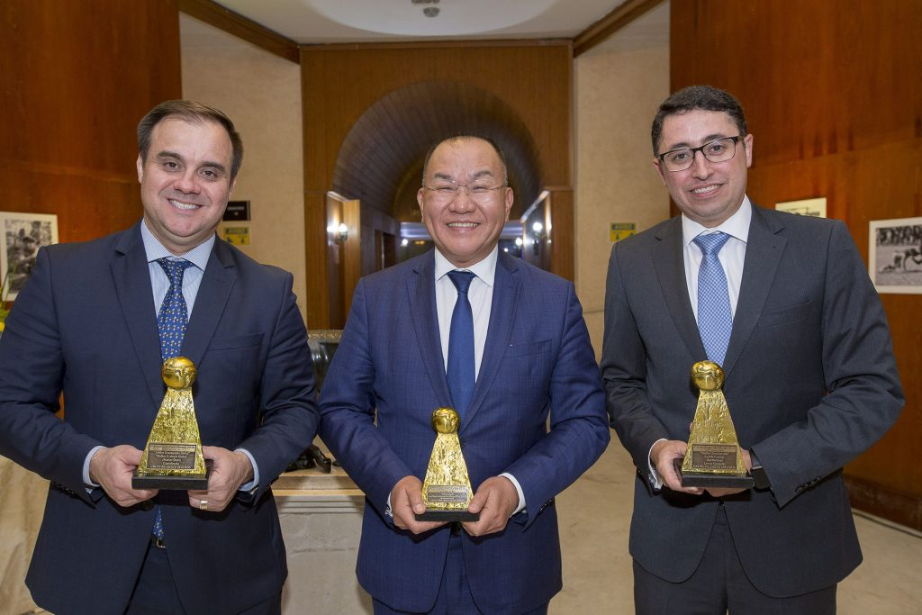 O Superintendente Douglas Duran e os Superintendentes-Executivos Fu Shou Hai e Rodrigo Moreno, representaram o Grupo Bradesco Seguros na cerimônia de premiação
