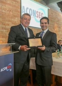 Francisco Caiuby Filho, presidente da Sompo Seguros, recebeu uma placa para comemorar a parceria entre a companhia e as empresas associadas a Aconseg-RJ