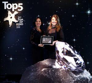 Superintendentes de Relacionamento com Clientes da SulAmérica, Adriana Lins (E) e Gisele Lopes recebem prêmio