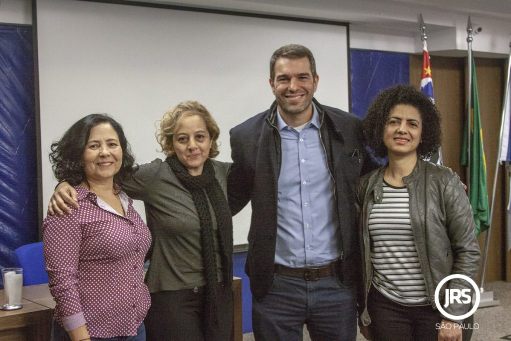 Participantes do evento ao lado de Eduardo Guedes, vice-presidente de Tecnologia e Operações da Seguros Sura