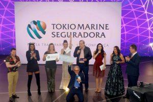 João Luiz de Lima, Diretor Comercial Regional I da Tokio Marine, e Juliana Zan, Superintendente de Recursos Humanos da Tokio Marine durante entrega da doação / Divulgação