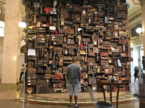 Non-Orientable Paradise Lost 1667, de Ibrahim Mahama, na exposição Ex Africa, no CCBB São Paulo, Brasil / itinerariodeviagem.com