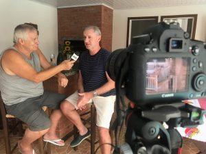 O apresentador Jota Carvalho ao lado do entrevistado, Marcos Pozza / Divulgação
