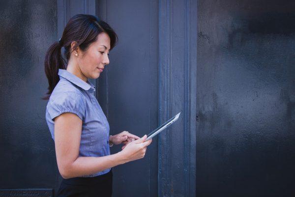 Dicas para pessoas que trabalham em pé evitarem acidentes de trabalho