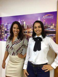 Milla Reis, nova contratada, com Elisandra Morel, que comanda o Departamento de Corretoras