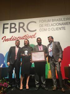 Marco Antunes (4º da esq. para a dir.) e Raquel Giglio, da SulAmérica, recebem prêmio durante o Fórum Brasileiro de Relacionamento com o Cliente