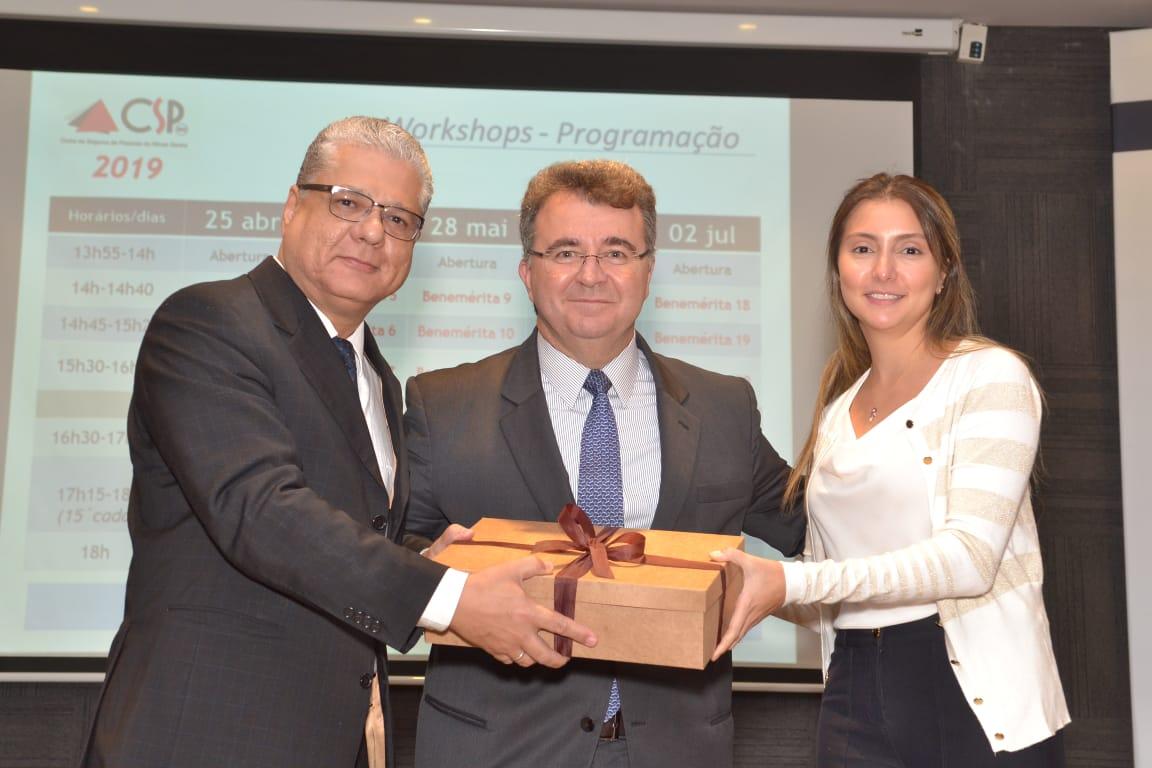 João Paulo Mello (pres. do CSP-MG) e Fabiana Resende (diretora Social do Clube) entregam lembrança ao palestrante Jorge Nasser