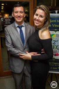 Luis Henrique e a esposa, que também é referência no setor de seguros, Júlia Fetter Bueno / Foto: Matheus Pé