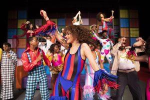 MetLife celebra 20 anos de Brasil com o espetáculo 'O Frenético Dancin´Days'