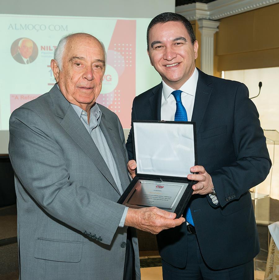 Nilton Molina recebeu homenagem de Silas Kasahaya, presidente do CVG-SP / Foto: Antranik Photos
