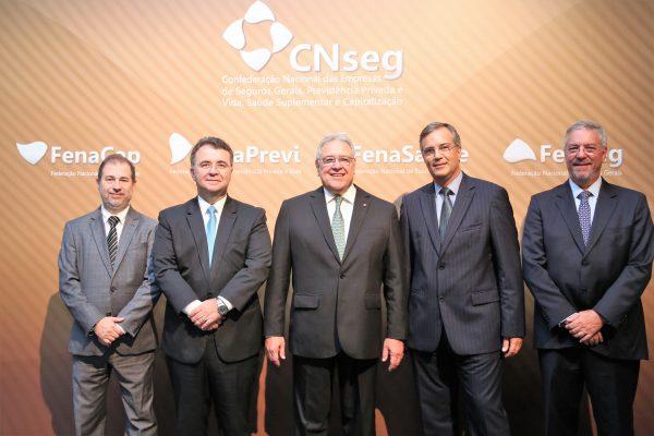 O presidente da CNseg acompanhado dos presidentes das Federações do mercado brasileiro de seguros / Divulgação