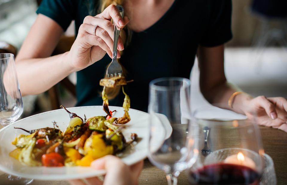 60% dos trabalhadores preferem almoçar em restaurantes comerciais e self-services