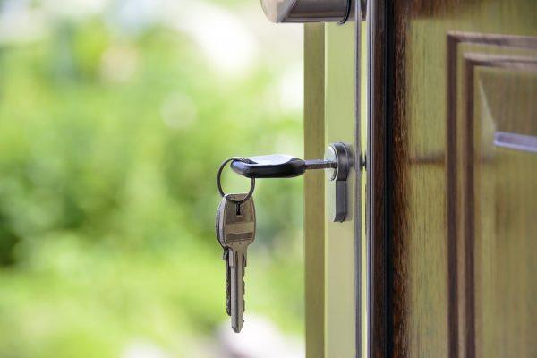 Conheça as diferenças entre seguro aluguel, fiador e caução