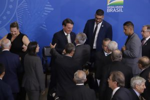 Jair Bolsonaro cumprimenta o presidente do Sebrae, Carlos Melles / Foto: Charles Damasceno