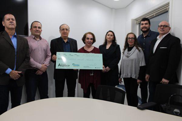 Professora recebe prêmio da União Seguradora