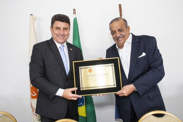 O presidente do CVG-RJ, Octávio Perissé (E) entrega a placa em homenagem ao presidente do Sincor-RJ, Henrique Brandão / Foto: Dalvino Santino