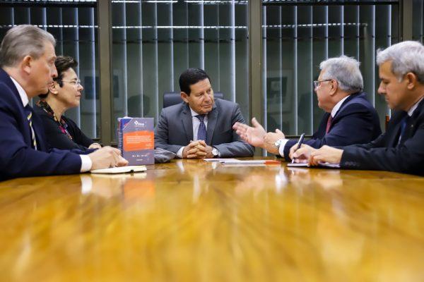 Marcio Coriolano apresenta setor segurador ao vice-presidente da República Hamilton Mourão