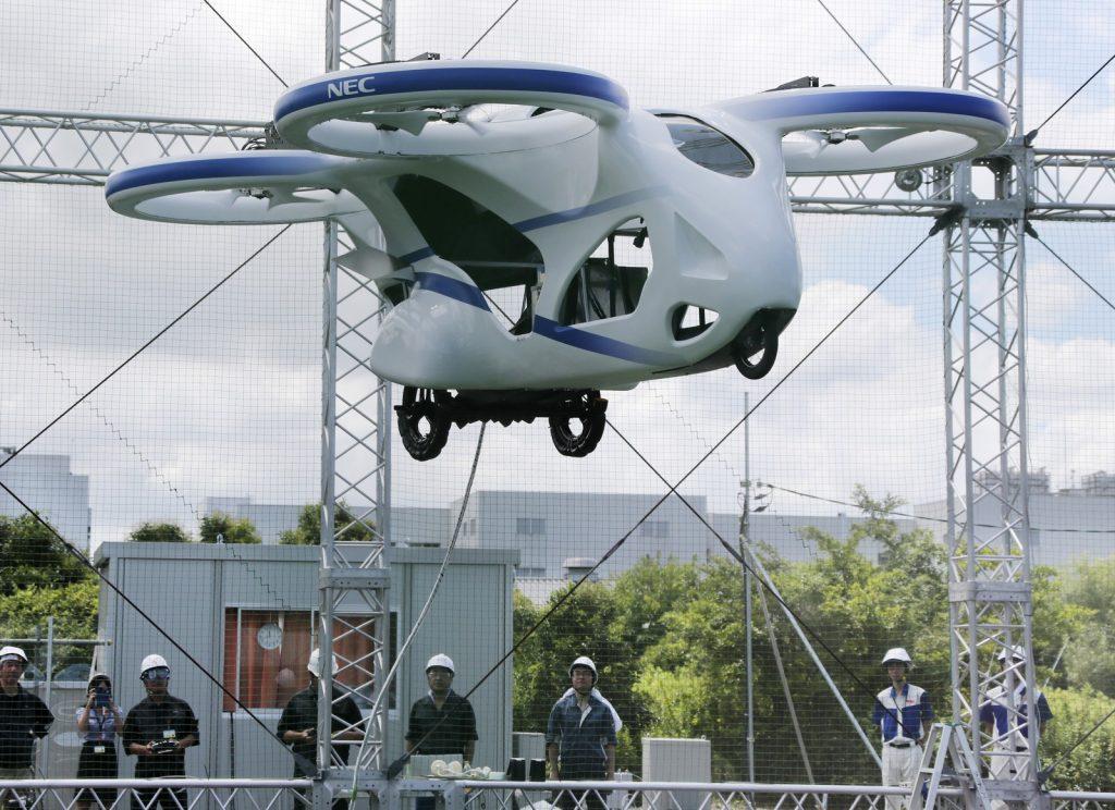 Carro voador da Nec fez voo de um minuto na última segunda (05), em Abiko, no Japão — Foto: Koji Sasahara/AP
