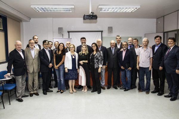 Conselheiros, diretoria do CVG-RJ e jornalistas de seguros reunidos na sede do Clube / DIvulgação