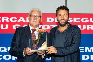 Ezaqueu Bueno, presidente da UCS, entrega prêmio para Omar Ajame, CEO da TEx / Divulgação