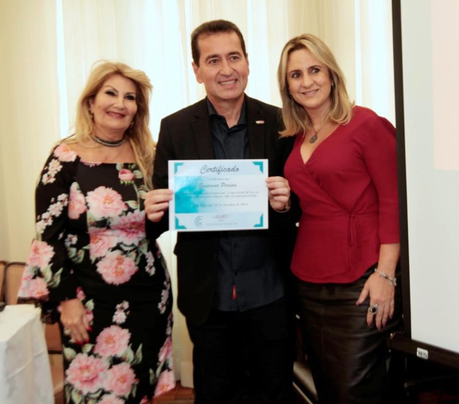Carmem Ribeiro, presidente do Clubcor-MG, com o palestrante Geniomar Pereira e a diretora Social, Janaina Luz