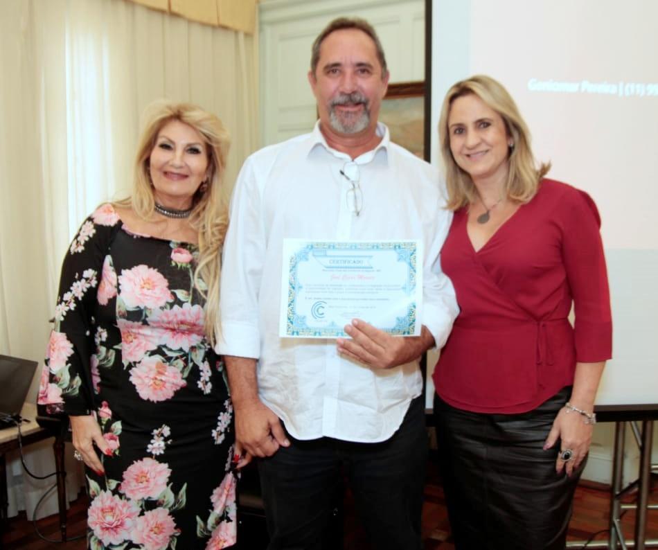 José Cesar Moraes, novo associado, recebe o certificado das mãos da presidente Carmem Ribeiro e da diretora Social, Janaina Luz