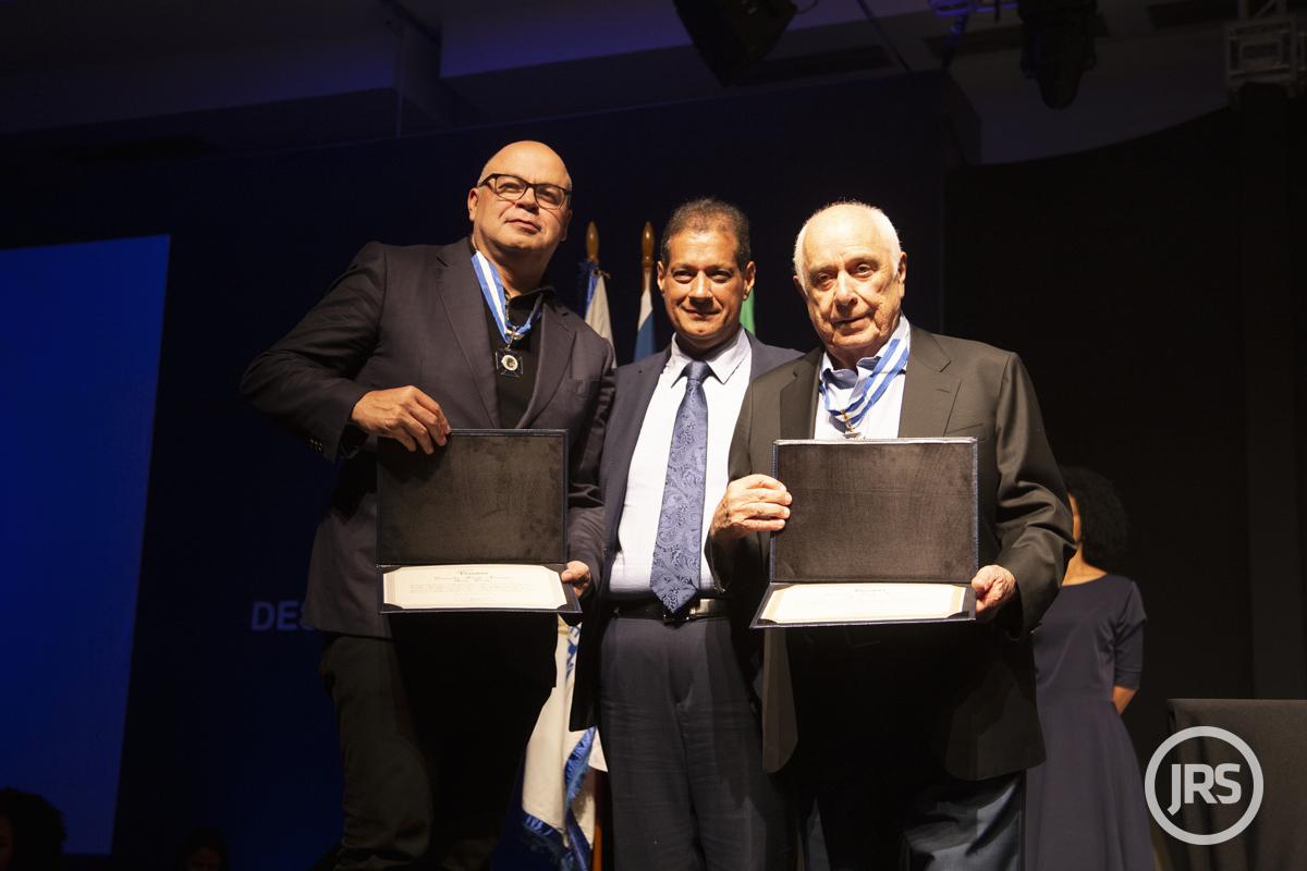 Fenacor entregou medalhas por mérito a Antonio Cássio dos Santos (Generali) e Nilton Molina (Mongeral Aegon)