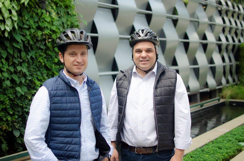 À esquerda Henrique Lahr Sacilotto, diretor da Better Seguros, e ao seu lado Henrique Volpi, CEO da Kakau Seguros / Divulgação