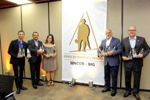 Representantes da SulAmérica exibem troféus conquistados no prêmio - Foto: Sincor-MG/Divulgação