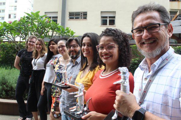 André Gouw (em primeiro plano) e a equipe do Depto. de Comunicação e Marketing da Sompo Seguros / Divulgação