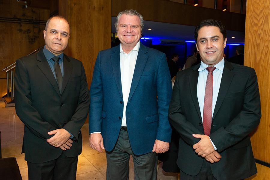 Robson Carneiro (presidente eleito da Aconseg-MG), José Aldalberto Ferrara (presidente da Tokio Marine Seguradora) e Jader Abreu (atual presidente da entidade), durante jantar comemorativo da Aconseg-SP / Divulgação (Aconseg-SP)