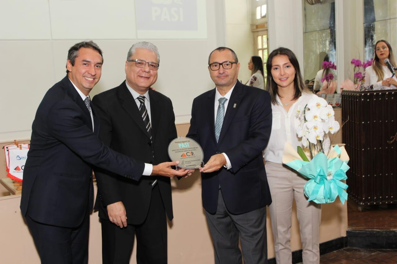 Sergio Prates, vice-presidente do CSP-MG, João Paulo Mello, presidente do Clube, homenageiam Alaor Silva e Fabiana Resende pelos 30 anos de fundação do PASI