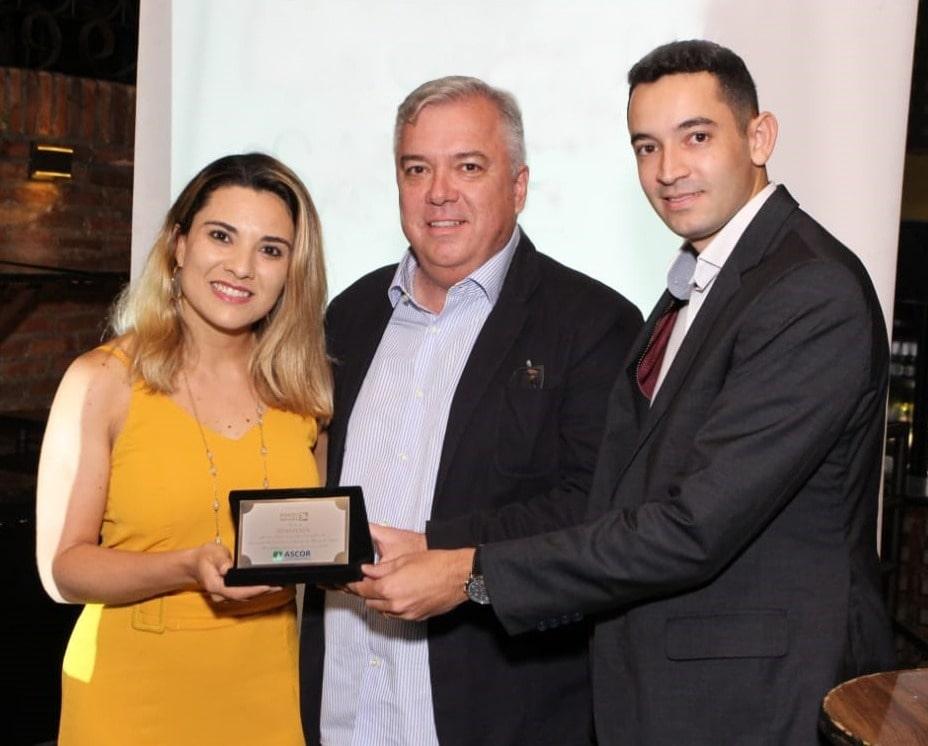 Porto Seguro é a nova benemérita da Ascor-MG. Vanessa Carvalho, representante da companhia, recebe a placa de adesão das mãos do vice-presidente da entidade, Rodrigo Pinheiro, e do diretor social, Felipe Astoni