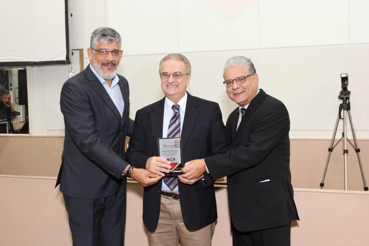 Mauricio Tadeu Morais (diretor do CSP-MG), Jamir Pereira (homenageado) e João Paulo Mello (pres. do Clube)
