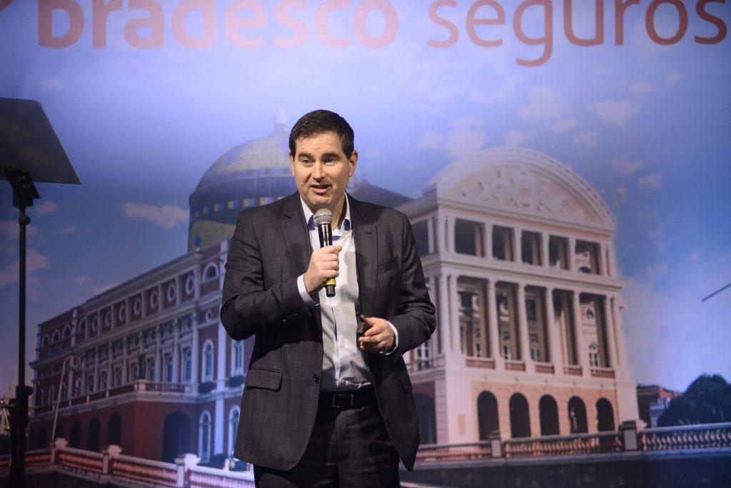 No palco, o diretor-gerente da Bradesco Saúde, Flávio Bitter / Divulgação