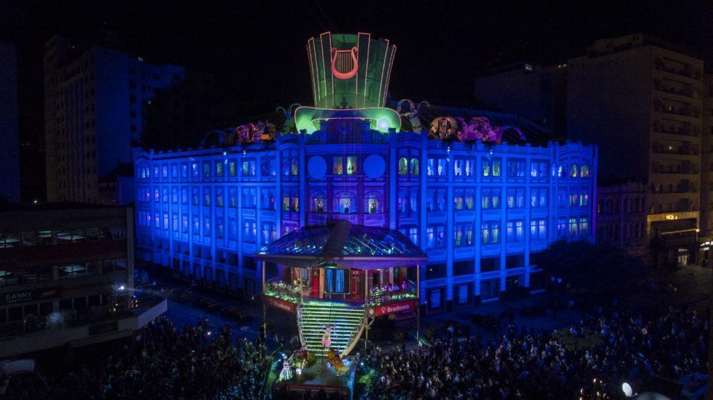 Público interage com o Natal do Bradesco, em Curitiba (PR)