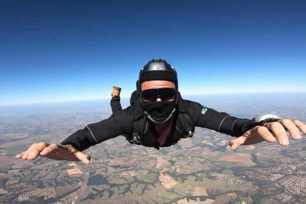 Empresário faz relação entre paraquedismo e empreendedorismo