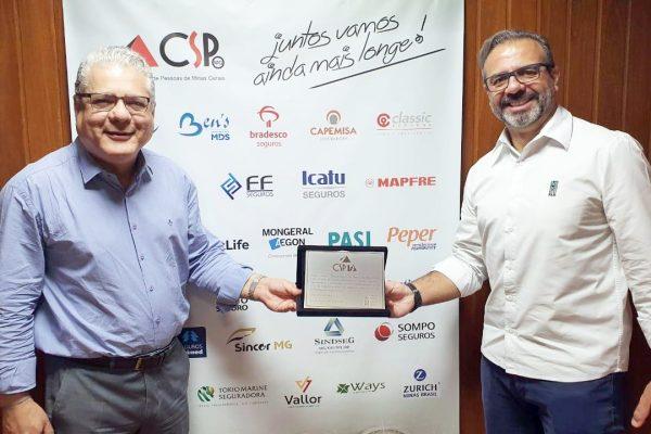João Paulo Mello, presidente do CSP-MG, recebe placa comemorativa do gerente do PASI, André Araújo / Divulgação