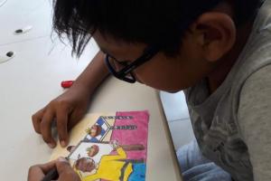 Alberty Vagner Luque Centendo, de 13 anos, preparando o seu trabalho para ser transformado em post nas redes sociais / Divulgação