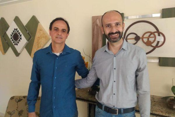 O gerente comercial da Affinity, Wilson Ramos, com o novo contratado, Ricardo Rigitano / Divulgação
