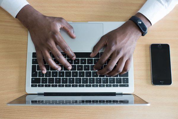 Empresa de softwares contrata profissional da área comercial