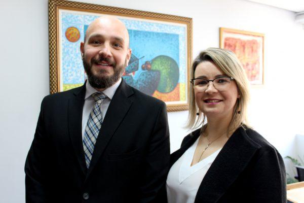 Luiz Felipe Amabile Loch e Suellen Castro da Silva Farias, advogados sócios do escritório C. Josias & Ferrer / Foto: Mincarone Fotografia/Divulgação